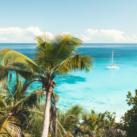 Seychellit Silhouette purjevene
