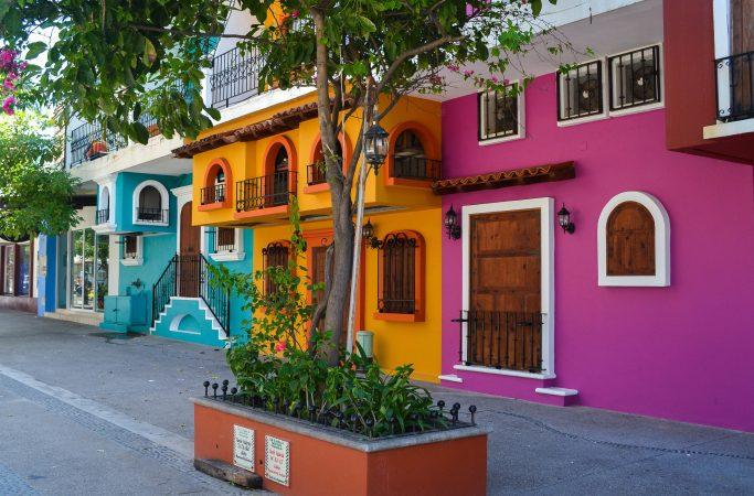 Meksiko Puerto Vallarta värikkäitä taloja